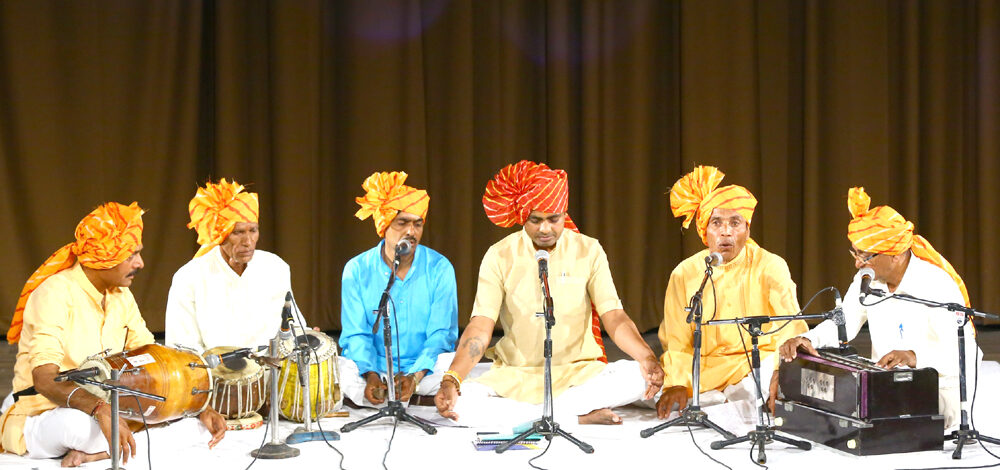 कला विविधताओं का प्रदर्शन 'गमक' अंतर्गत 'निमाड़ी संतों के पद' एवं बैगा जनजातीय नृत्य 'करमा' की प्रस्तुति हुई