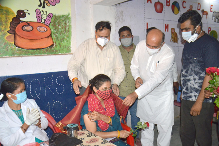 सरस्वती शिशु मंदिर रांझी टीकाकरण केन्द्र पर वेक्सीन का 21 हजारवां डोज लगने पर विधायक श्री रोहाणी ने कार्यकर्ताओं का किया सम्मान